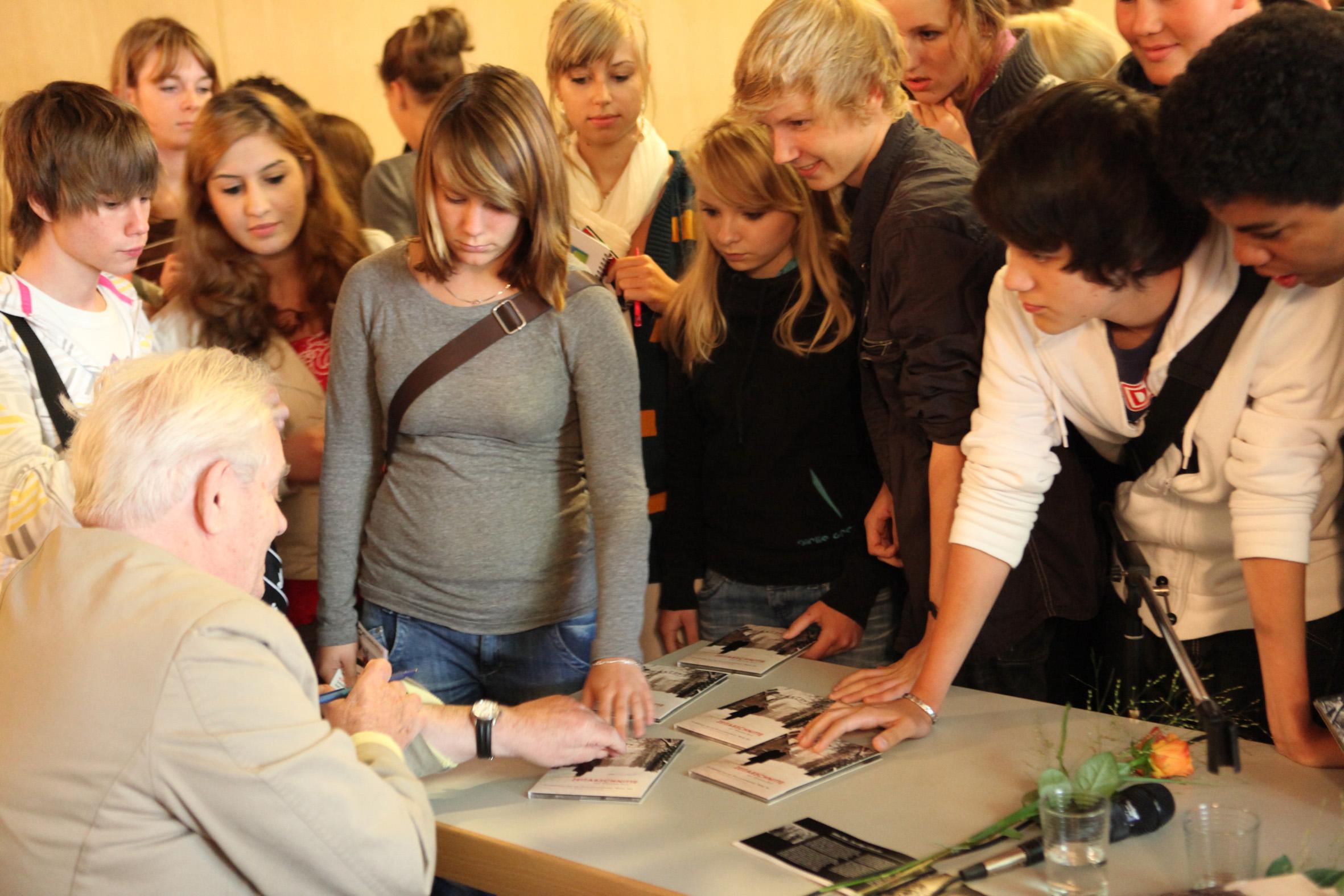140909_bab_signierung_dvd_3_franziskusschule_berlin.jpg