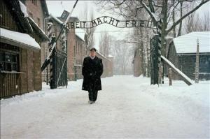 Werner Bab am Tor KZ Auschwitz